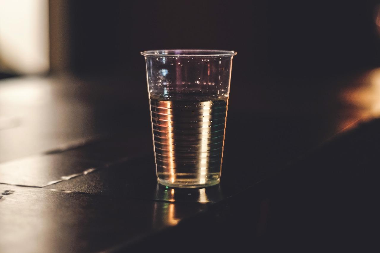 Est-il possible de déguster du vin dans une vaisselle jetable tel qu'un verre en plastique ?